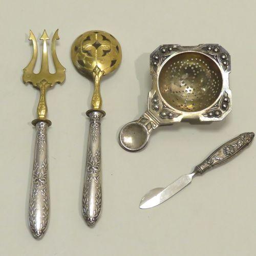 Lot de quatre pièces diverses en argent 800/1000 & 950/1000 (dont un passe thé).…
