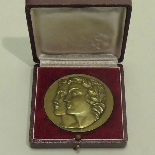"""Médaille """"Jeunesse et Sports"""" (Offert par Le Ministre), en cuivre doré. Diam : 6…"""
