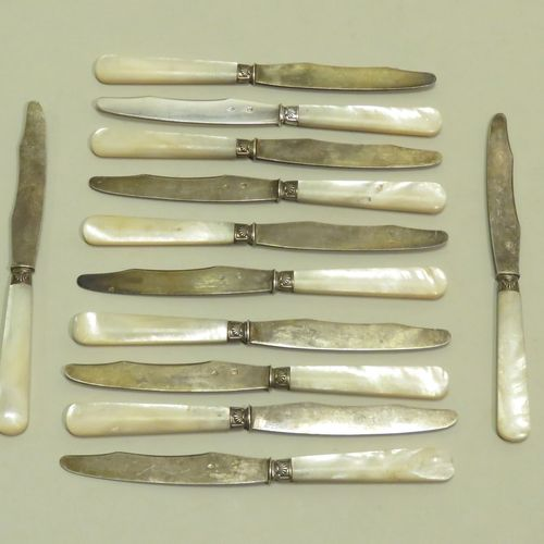Orfèvre : RAVINET D'ENFERT. Belle suite de douze couteaux à dessert, les manches…