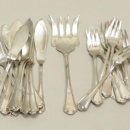 ERCUIS. Belle suite de douze couverts à poissons (24 pièces) en métal argenté. O…