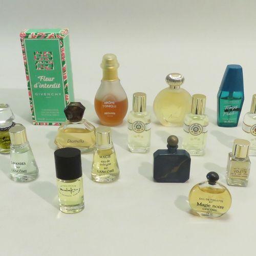 Lot de flacons de parfums en vrac.