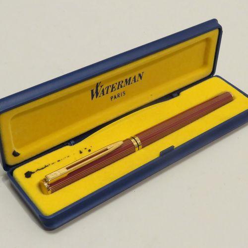WATERMAN. Stylo à plume en résine laquée rouge à cannelures et attributs dorés. …
