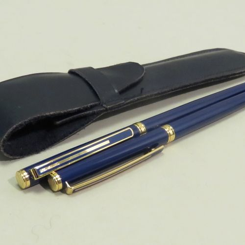 COLIBRI. Lot de deux stylos pour dame (plume et bille), en résine laquée bleue e…