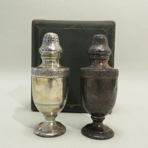 Orfèvre : A. RISLER & CARRE. Ensemble de deux belles saupoudreuses sur piédouche…