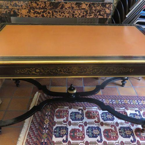 Bureau plat en bois noirci (repeint/ laqué en partie) et marqueterie de laiton d…
