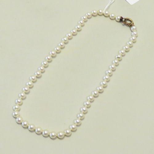 Collier de perles de synthèses, le fermoir en argent vermeillé. Poids brut : 31g…