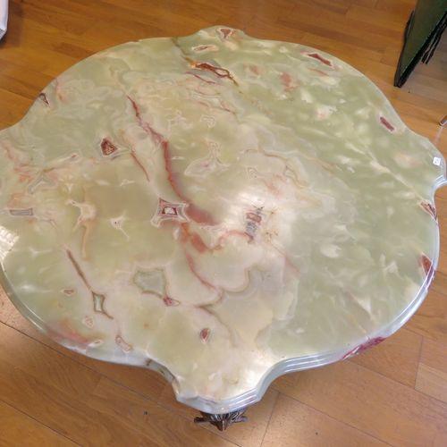 Importante table basse en bronze doré, les quatre pieds mouvementés orné de tête…