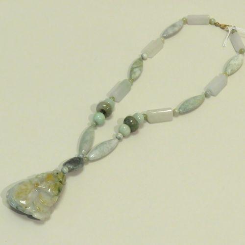 Très important collier composé de pierre dures de différentes tailles, soutenant…