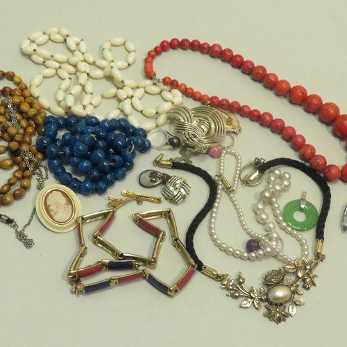 Lot de bijoux fantaisies en vrac (Colliers, bagues, pendentifs…). Poids total : …