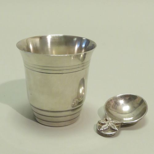 Lot de deux pièces en métal argenté. 7,5 x 7 cm (timbale).