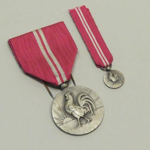 """Ensemble de deux médailles """"Renaissance française Arts Populaires"""" en bronze arg…"""