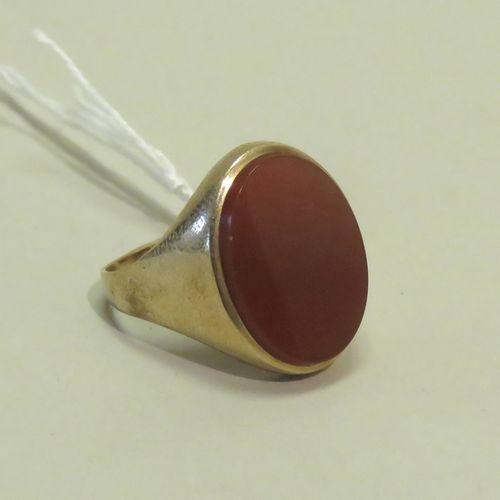 Chevalière en or 9ct (375/1000), serti clos d'une pierre orangée (cornaline ?) d…