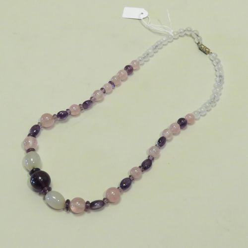 """Collier en cristal de roche, améthystes, agates et quartz rose. Le fermoir """"tonn…"""