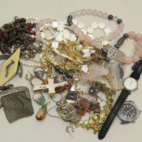Bon lot en vrac en bijoux fantaisies, (colliers, bracelets, broches…). Poids tot…