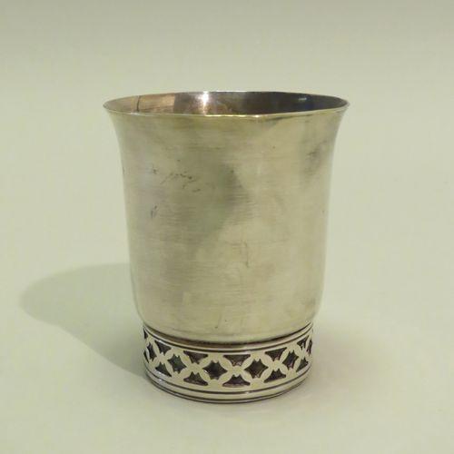 Timbale en métal argenté, le col évasé, la base à effet grillagé. 8 x 6,5 cm.