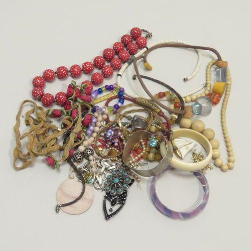 Lot de bijoux fantaisies en vrac (Colliers, bracelets, pendentifs…). Poids total…
