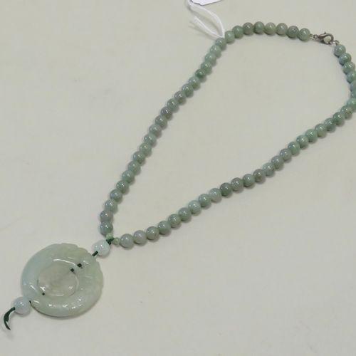 Collier en jadeïte sculptée, le pendentif sculpté de chimères, au centre, le Yin…