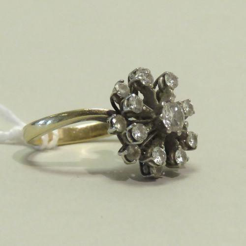 """Bague """"fleurs"""" en or jaune et or blanc aux griffes, soutenant dix sept diamants,…"""