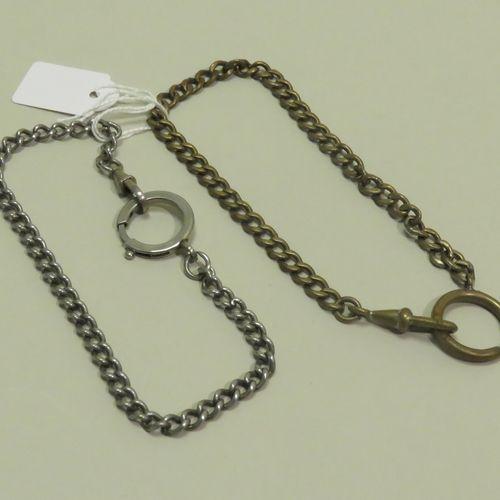 Lot de deux chaînes de montres de gousset en métal. Long : 26 cm.
