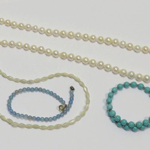 Lot de quatre bijoux fantaisies (collier de perles de culture, perles de nacre, …