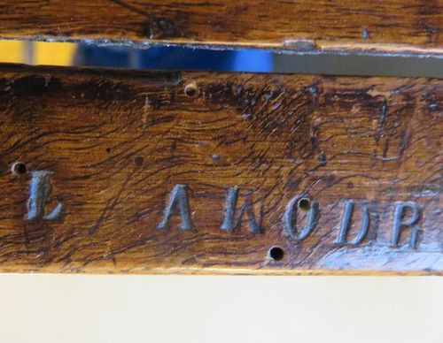 """Fauteuil dit """"A La Reine"""" en bois naturel, assise et dossier canné. Porte sur un…"""