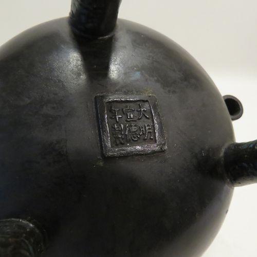 Beau brûle parfum en bronze et émaux cloisonnés, les anses cylindriques et creus…