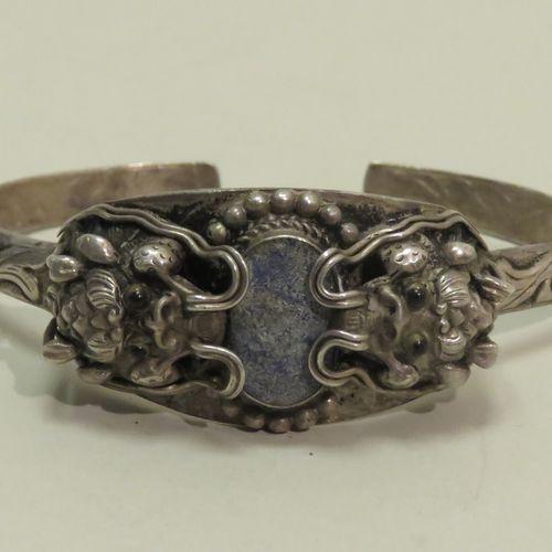"""Curieux bracelet """"jonc"""" en argent (800/1000) figurant deux têtes de dragons s'af…"""