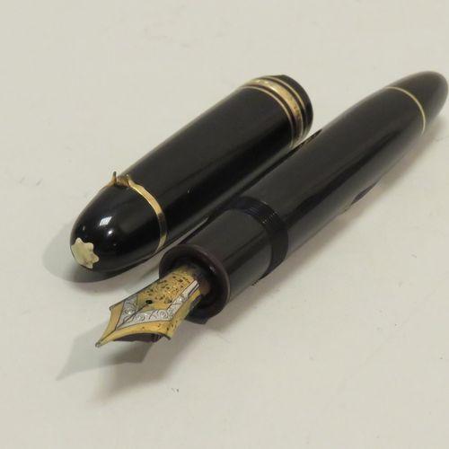 """MONT BLANC. Beau stylo à plume (or blanc et jaune 18K, Ref : 4810) au modèle """"Me…"""