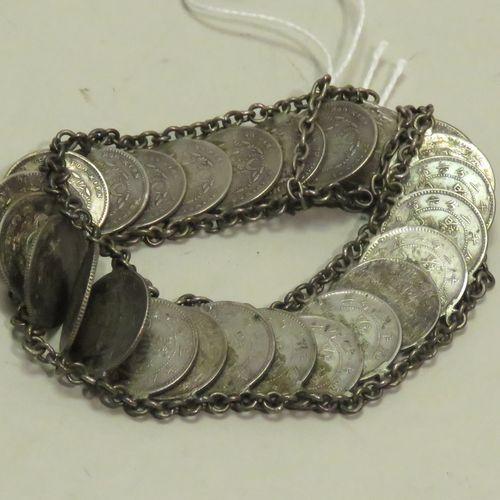 Bracelet en argent (fait de pièces). Le fermoir à clapet. Indochine (probablemen…