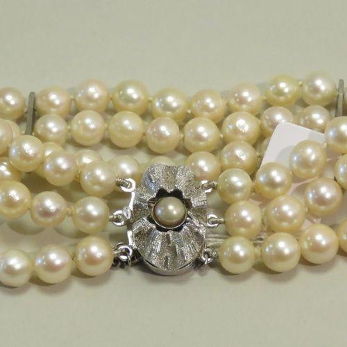 Bracelet à trois rangs de perles de culture, de 7mm environ, reliès par deux bar…