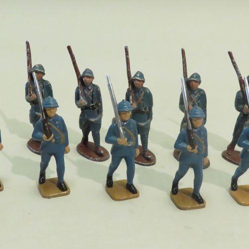QUIRALU. Lot de dix fantassins divers défilant (France, Ière Guerre Mondiale) en…