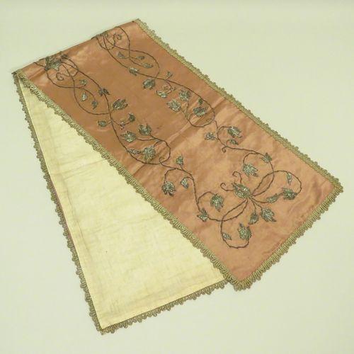 Etoffe en soie brodée à motifs de fleurs stylisées au fil d'argent. Russie, fin …
