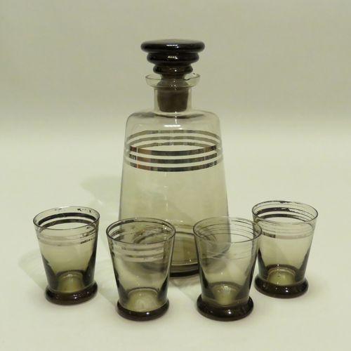 Ensemble de cinq pièces en verre soufflé et teinté, comprenant : Une carafe et s…