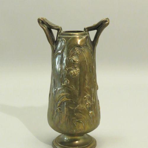A.ROSE. Beau vase (manque le couvercle) en bronze doré, à riche décor végétal st…