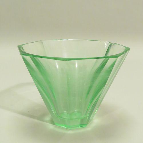 """DAUM, Nancy, France. Vase """"cornet"""" en cristal teinté vert, à pans coupés. Signé …"""