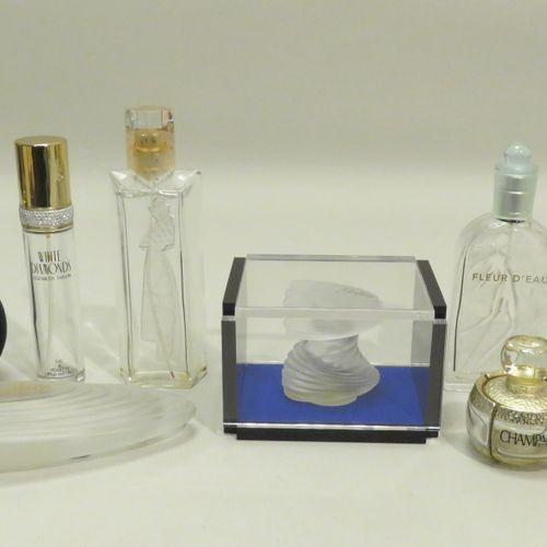 Lot de huit flacons à parfums divers (vides) dont un en coffret Haut : 19 cm (le…