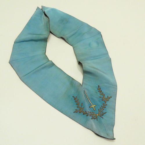 Collier maçonnique en tissus, fils argentés et dorés brodés avec une épée. 56 x …