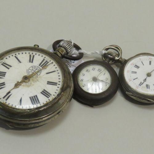 Lot de trois montres (2 x cols et x1 gousset) dont une en argent 800/1000. Diam …
