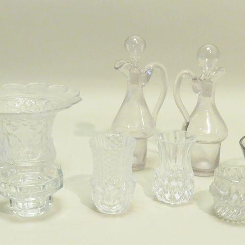 Lot de neuf pièces diverses en verre (vases, coupelle, bougeoirs…). 17,5 x 7 cm …