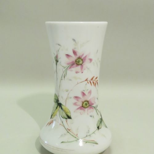 Vase en porcelaine à décor floral polychrome. 26,5 x 15 cm.