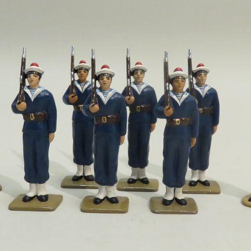 QUIRALU. Ensemble de huit Marins (dont un Amiral), en aluminium peint. 7.5 x 3.5…