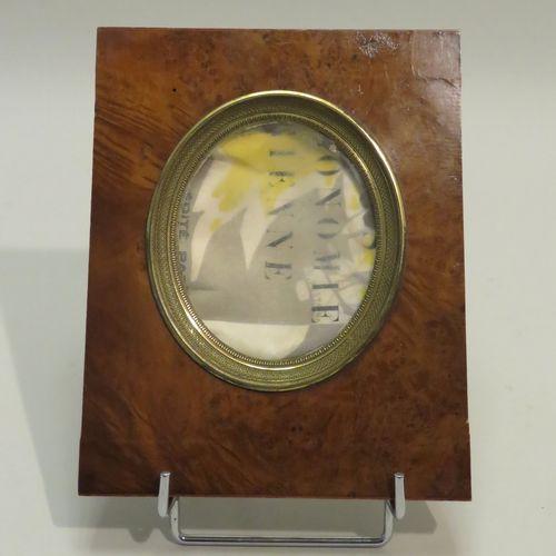 """Cadre """"médaillon"""" en placage de ronce de noyer et laiton. 19 x 15,5 cm (dim.Tota…"""