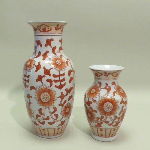 Lot de deux vases en porcelaine à décor de fleurs et rinceaux de lotus sur fond …