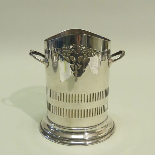 Orfèvre : H.M. Cerclage (pour un vase probablement) en métal argenté ajouré, à d…