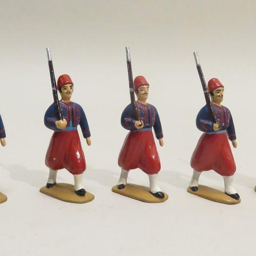 """QUIRALU. Ensemble de cinq """"Zouaves"""" (fusiles longs), en aluminium peint. 6.5 x 3…"""