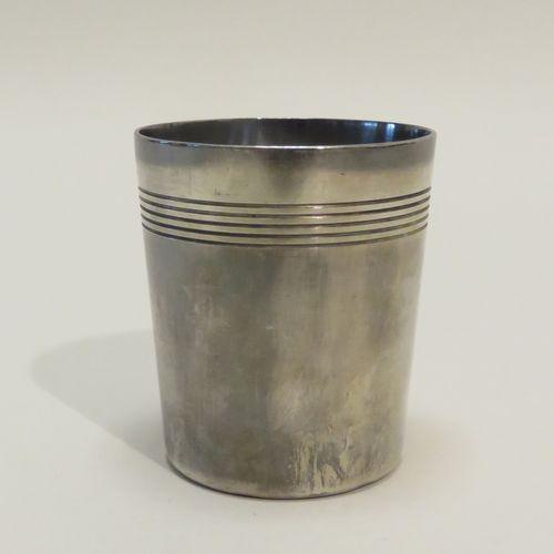 GALLIA, France. Timbale/curon en métal argenté, à décor de stries. 7,5 x 6,5 cm …
