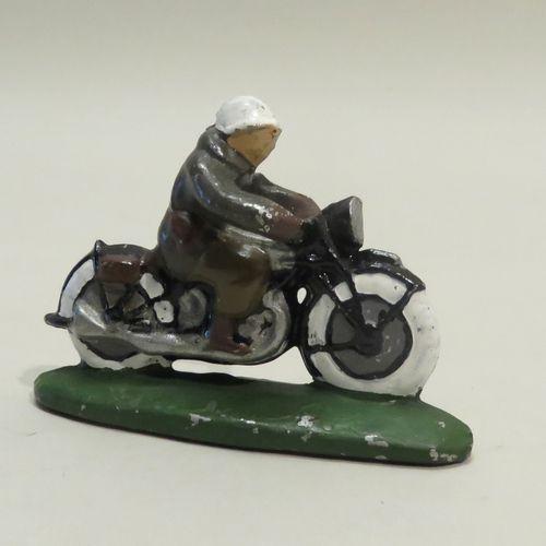 QUIRALU. Motard , en aluminium peint. 5.5 x 8 cm cm (environ).