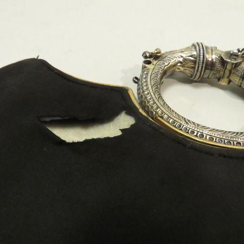 Violette CORNILLE, Paris. Sac à main en daim noir, métal doré et argenté. 27 x 2…