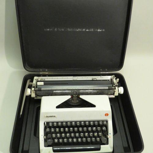 OLYMPIA. Machine à écrire ancienne. En valise d'origine. 14,5 x 44 x 31 cm.