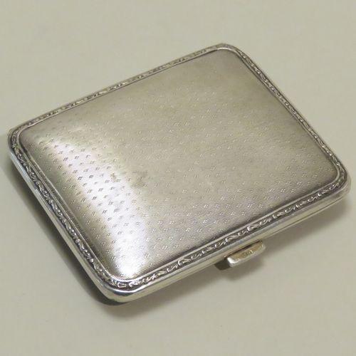 Petite boîte en argent (800/1000) à décor guilloché et mouluré en frises de rinc…
